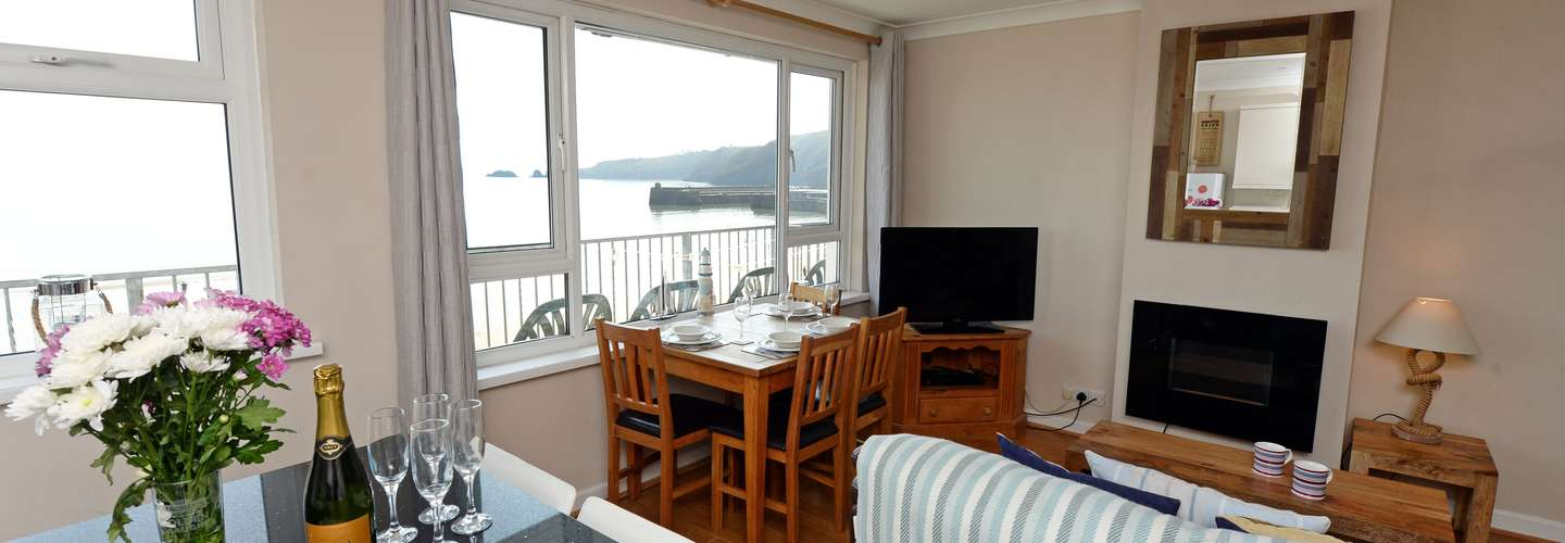 Sea Urchins Apartment - Sea Front Apartment with Views, Pet Friendly - living